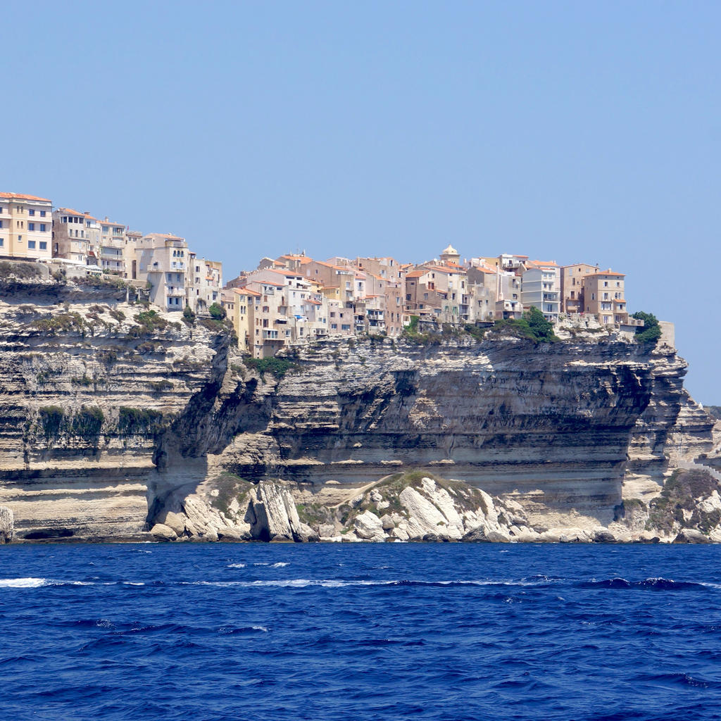 The pearl of Southern Corsica: the citadel of Bonifacio facing the sea