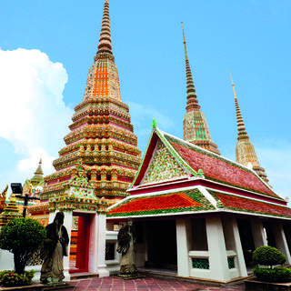 Admire the figures of Buddha at Wat Pho