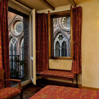 Art Hotel Commercianti: a window onto San Petronio