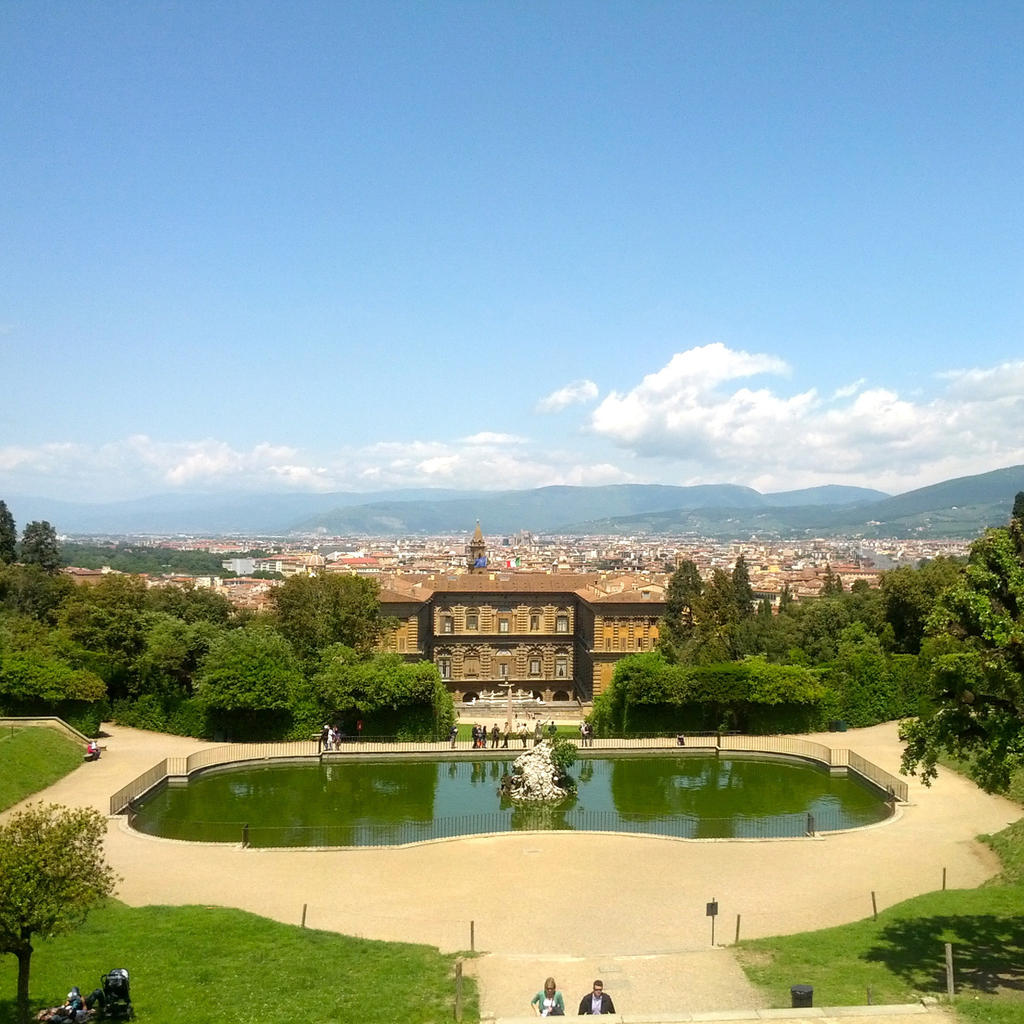 On the other side of the Arno, the impressive Pitti Palace