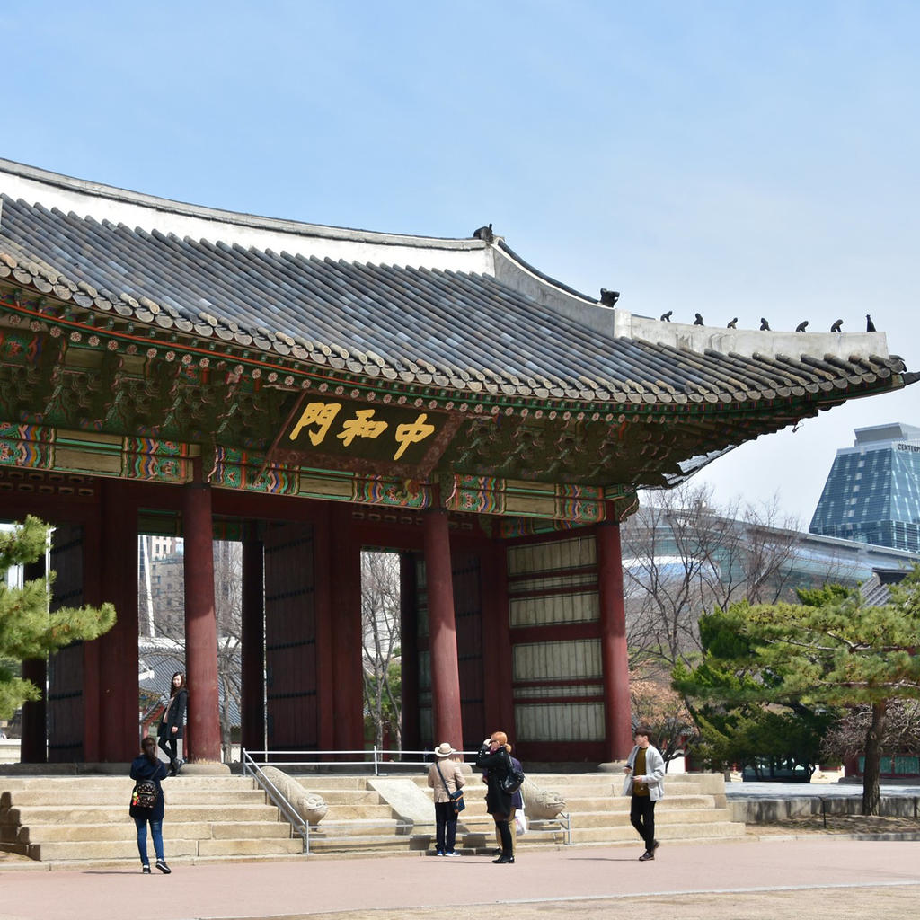 Deoksugung Palace : a former royal city