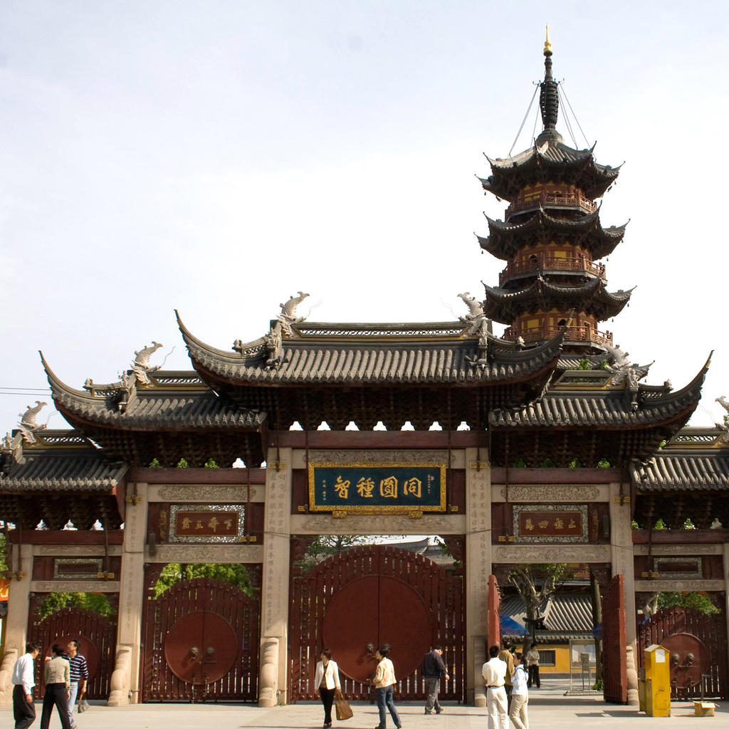 Longhua Temple: 108 bell strokes in a haven of peace