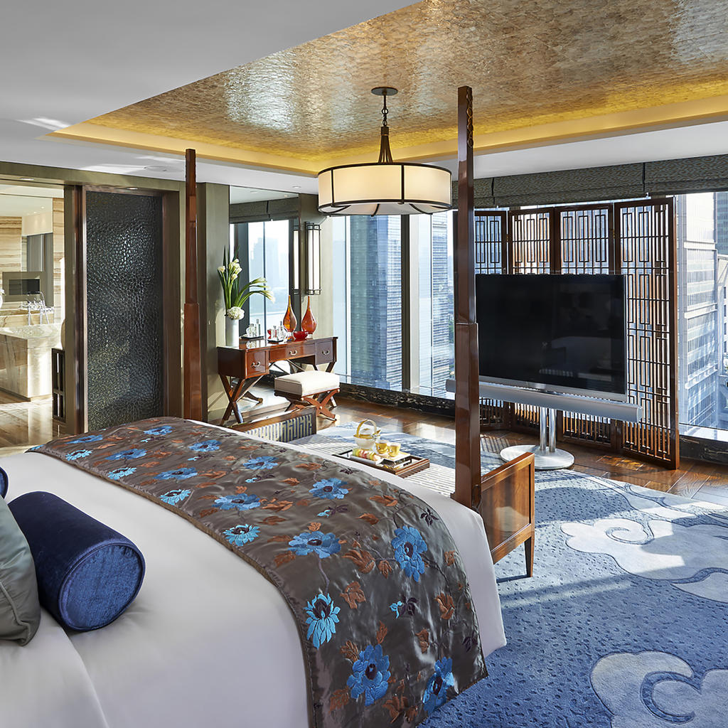 Mandarin Oriental Pudong: swim with works of art