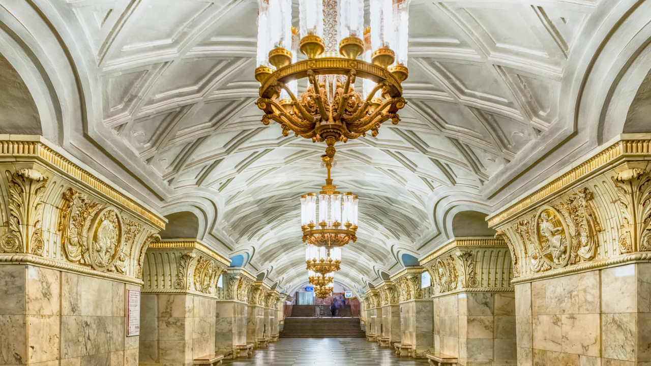 Moscow (Russia):  Stuccowork, frescos and luminous chandeliers adorn the halls of the Prospekt Mira station.